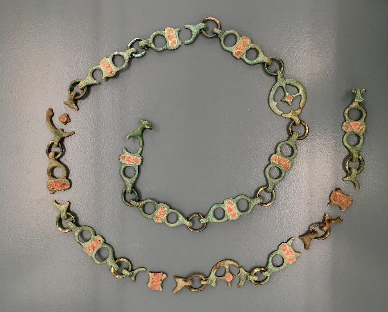 Cette ceinture d'apparat gauloise figure parmi les belles pièces découvertes à Thuin par les archéologues de l'ULB.